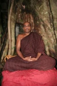 Un monaco della tradizione Theravada in meditazione