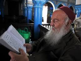 Un rabbino legge la Torah nella sinagoga dell'isola