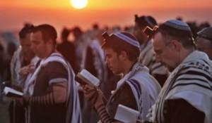 Ebrei in preghiera durante una funzione