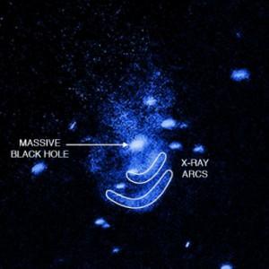 Nell'immagine un ingrandimento dei dati raccolti dal telescopio a raggi X Chandra dalla galassia NGC 5195. I due archi sono evidenziati con un contorno bianco. Crediti: NASA/CXC/Univ of Texas/E.Schlegel et al.