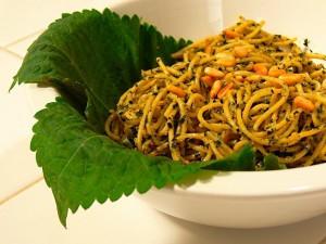 Foglie di Shiso, varieta Britton con noodles giapponesi (simili ai nostri spaghetti)
