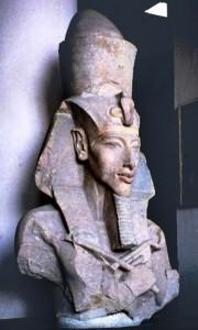 Immagine 2. Testa di Akhenaton Museo egizio del Cairo.