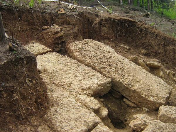 Blocco di cemento sulla piramide bosniaca del Sole