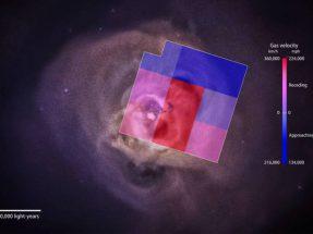 L'immagine mostra l'ammasso di galassie Perseo osservato da Chandra con sovraimpresse le zone osservate da Hitomi. I diversi colori corrispondono alle diverse velocità del plasma contenuto nell'ammasso. Credits: NASA Goddard and NASA/CXC/SAO/E. Bulbul, et al.