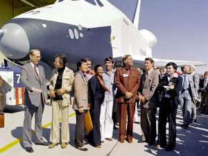 "Il cast della prima serie di Star Trak in posa davanti allo Space shuttle Enterprise insieme all'amministratore della NASA James C. . Da sinistra: Fletcher, DeForest Kelley (Dr. ""Bones"" McCoy), George Takei (Mr. Sulu), James Doohan (""Scotty""), Mchelle Nichols (Lt. Uhura), Leonard Nimoy ( Mr. Spock), Gene Roddenberry, rappresentante NASA e Walter Koenig (Pavel Chekov).  (Cortesia NASA)"