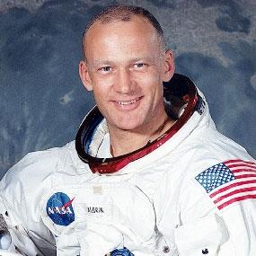 """Buzz Aldrin: """"Eravamo sulla Luna scortati da un UFO"""""""