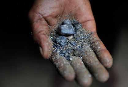 Coltan, la sabbia nera: quante vite costano i nostri telefoni cellulari?