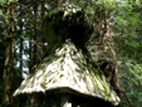 Stele con motivo piramidale e sfera nella zona
