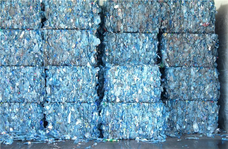 Bottiglie di plastica trasformate in carta resistente all'acqua