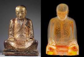 auto mummificazione mummia nella statua