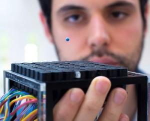 Immagine 2 - Asier Marzo, PHD e principale autore dello studio mentre fa levitare una pallina di polistirolo con le onde sonore.