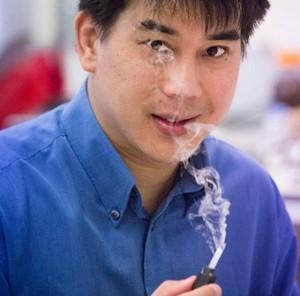 l professor Leslie Yeo della RMIT dimostra nebulizzatore