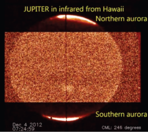 Un'immagine ottenuta grazie al telescopio Infrared Telescope Facility. Le regioni luminose ai poli corrispondono alle emissioni aurorali, alle medie e basse latitudini il contrasto è stato aumentato per migliorare la visibilità. La linea scura verticale al centro dell'immagine indica la posizione della fessura dello spettrometro utilizzato, che è stato allineato all'asse di rotazione di Giove. Crediti: J. O'Donoghue, NASA/Infrared Telescope Facility (IRTF)