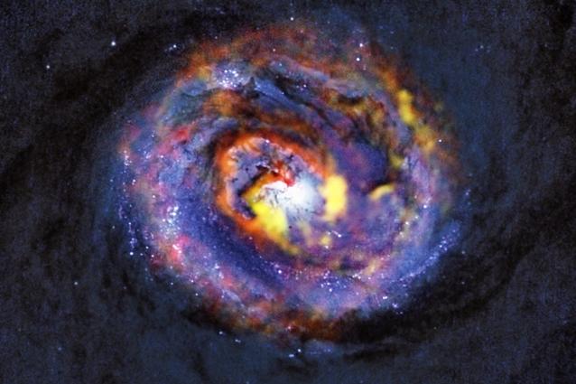 Il lontano buco nero nel suo bozzolo galattico 1
